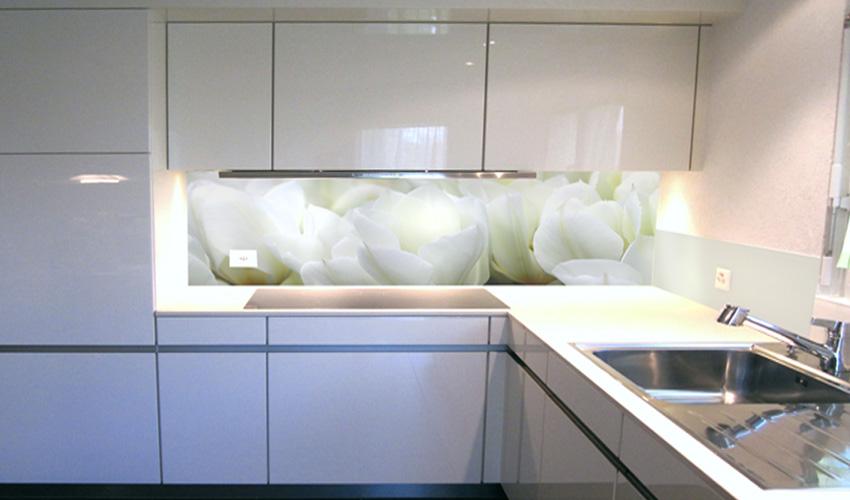 helle Küche mit weissen Tulpen (Bild-Nr. 0200283)